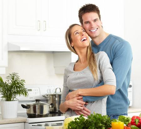 cuchillo de cocina: J�venes amor pareja cocinar en la cocina