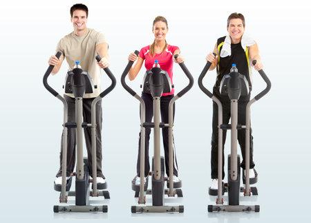 eliptica: Gimnasio & fitness. Mujer sonriente y dos hombres que trabajan.