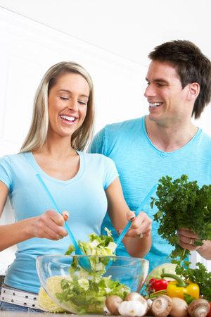 Young love couple de cuisson � la cuisine