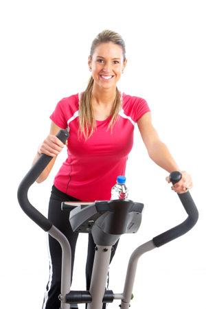 eliptica: Gimnasio & fitness. Sonriente joven trabajando. Aislados sobre fondo blanco