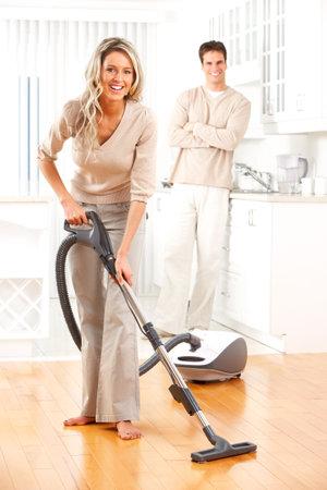 coppia in casa: Housework, aspirapolvere, la giovane coppia, casa, cucina