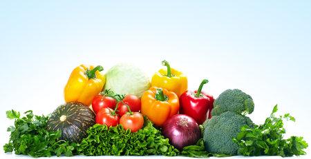 comiendo frutas: Hortalizas frescas. Sobre fondo azul
