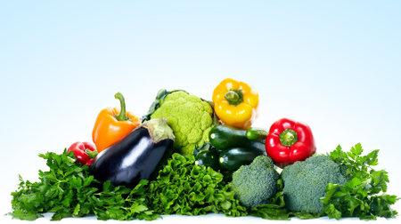 verduras verdes: Hortalizas frescas. Sobre fondo azul