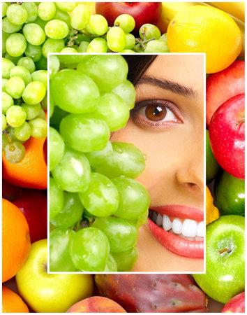 potherbs: Joven sonriente con frutas y verduras.
