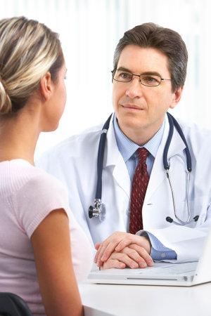 Pacjent: Lekarz i młoda kobieta pacjenta. Nad białym tłem