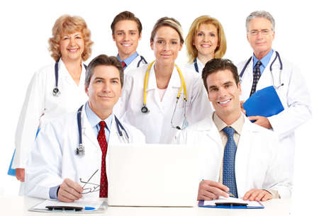 doctores: M�dicos sonrientes con estetoscopios y equipo. Aislados sobre fondo blanco