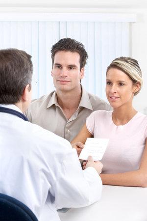 Pacjent: Lekarz i para młodych pacjentów.