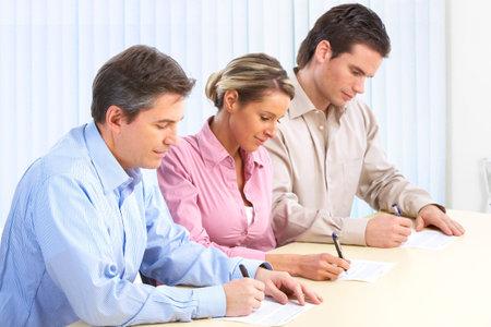 Feliz equipo de personas de negocios sonriente que trabaja en la Oficina Foto de archivo - 6459131