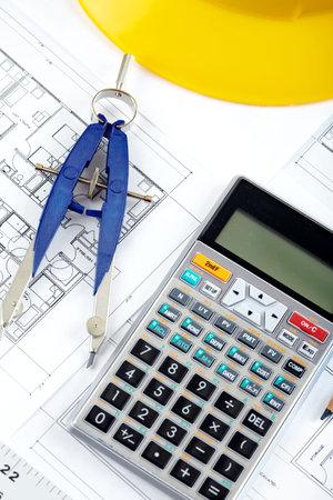 Bleistift und Rechner über eine Anlagenzeichnung eines Hauses Standard-Bild - 6469017