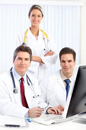 uniformes de oficina: M�dicos sonrientes con estetoscopios y equipo.