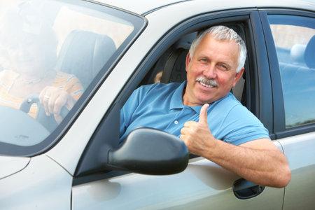 prendre sa retraite: Sourire heureux vieil homme sup�rieur dans la nouvelle voiture  Banque d'images