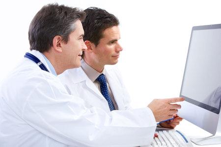 Office uniforms: M�dicos sonrientes con estetoscopios y equipo. Aislados sobre fondo blanco