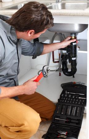 若い鉛管工にシンクを固定します。