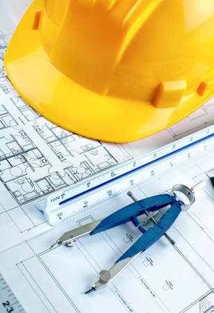 Bleistift und Taschenrechner über eine Anlagenzeichnung eines Hauses Standard-Bild - 6574145