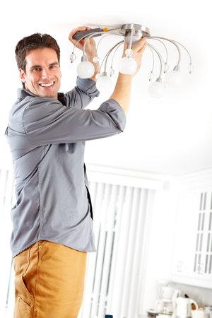 그의 일을 하 고 젊은 미소 전기 기사