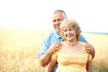jubilados: Sonriente pareja de personas mayores de edad feliz al aire libre