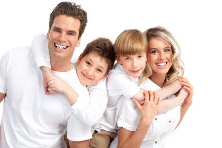 dientes sanos: Familia feliz. Padre, madre y los ni�os. Sobre fondo blanco