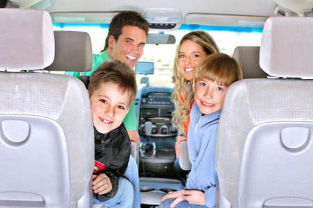 persona viajando: Familia feliz sonriente en el coche  Foto de archivo