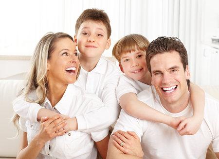 dientes sanos: Familia feliz. Padre, madre y los ni�os en el hogar  Foto de archivo