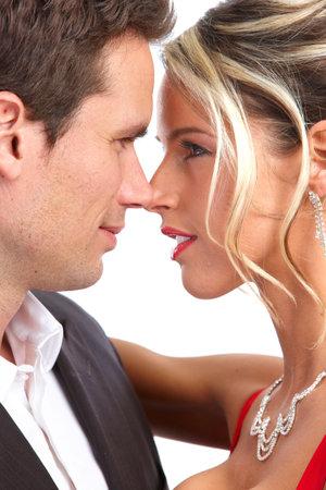 Heureux couple amoureux. Sur fond blanc