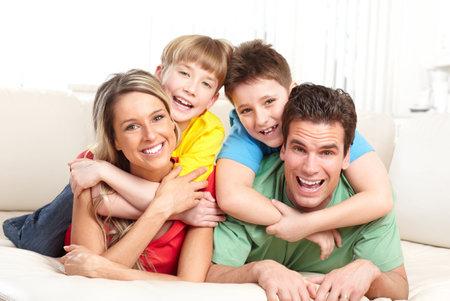 persona feliz: Familia feliz. Padre, madre e hijos en el hogar