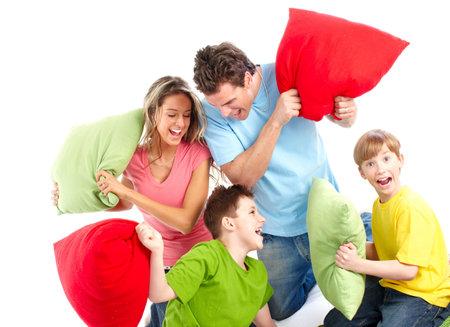 coussins: Famille heureuse. P�re, m�re et enfants. Sur fond blanc