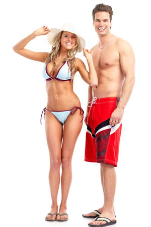 Happy sonriente pareja en trajes de natación. Aislados sobre fondo blanco