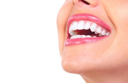 smile: Hermosa mujer joven de dientes. Aislados sobre fondo blanco  Foto de archivo