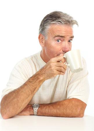Glimlachende oudere man met een beker. Geïsoleerd via witte achtergrond