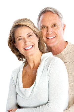 pareja saludable: Senoir feliz pareja de enamorados. Aislados sobre fondo blanco