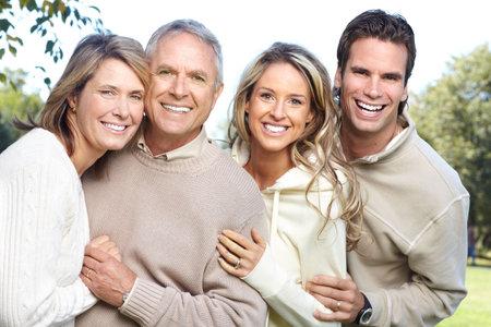 madre hijo: Familia feliz en el parque. Padre, la madre, el hijo y la hija  Foto de archivo
