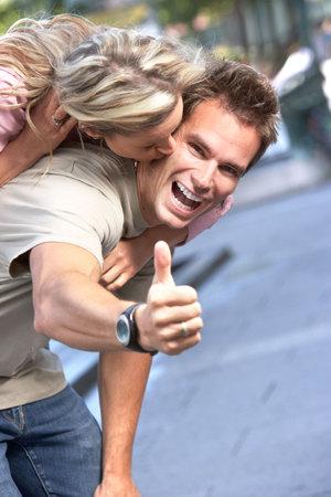 Young feliz sonriente pareja de enamorados   Foto de archivo