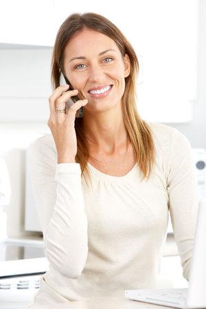 Beautiful smiling Woman mit Cellular zu Hause  Standard-Bild - 6744399
