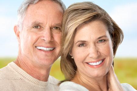 senioren wandelen: Happy ouderen seniors paar in park