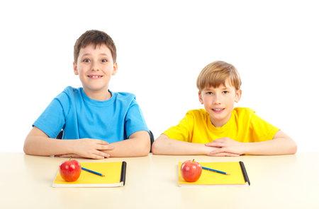 Felici scolari sorridenti. Isolato su sfondo bianco