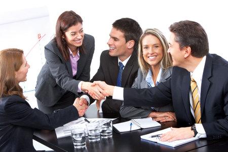 Glimlachende zaken mensen team dat werkt in het kantoor  Stockfoto