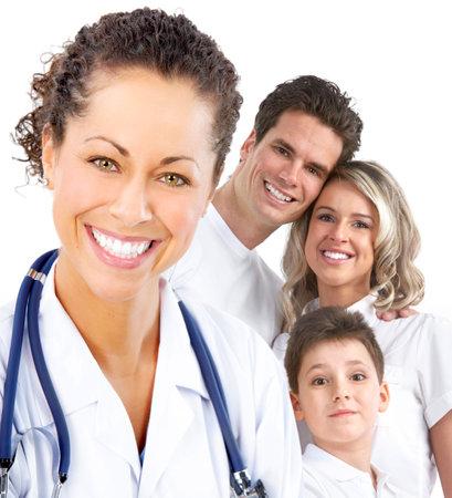 oefenen: Glimlachende gezins arts en jonge gezin. Via de witte achtergrond