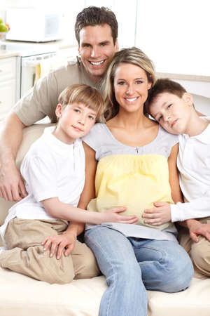 homme enceinte: Sourire belle m�re enceinte et � la maison de famille