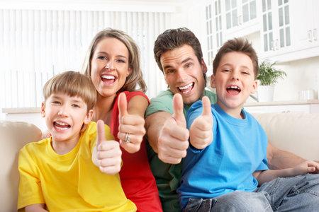Happy familie. Vader, moeder en kinderen. Via de witte achtergrond Stockfoto