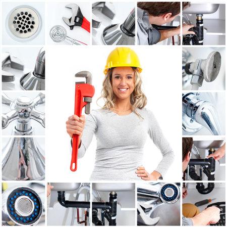 outils plomberie: Souriant plombier femme avec une clef r�glable Banque d'images