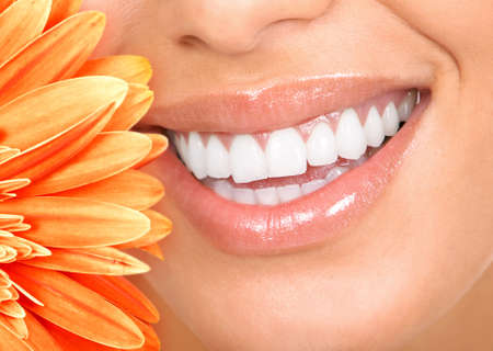 tooth whitening: Bella donna sorriso, denti e un fiore fresco