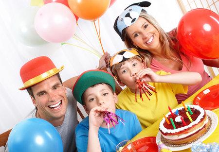 Familia feliz. Padre, madre y los niños celebrando cumpleaños en casa Foto de archivo - 7088113
