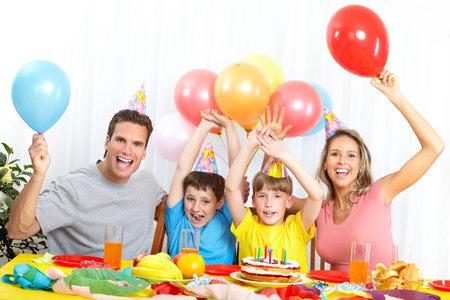 En gelukkige familie. Vader, moeder en kinderen thuis verjaardag vieren