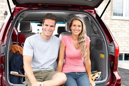 voyage: Une famille heureuse souriant et une voiture familiale  Banque d'images