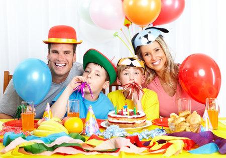 Gelukkige familie. Vader, moeder en kinderen vieren verjaardag thuis