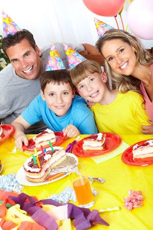 Happy familie. Vader, moeder en kinderen thuis verjaardag te vieren