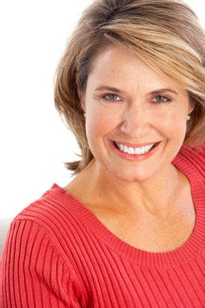 Happy oudere vrouw die lacht. Geïsoleerd via witte achtergrond