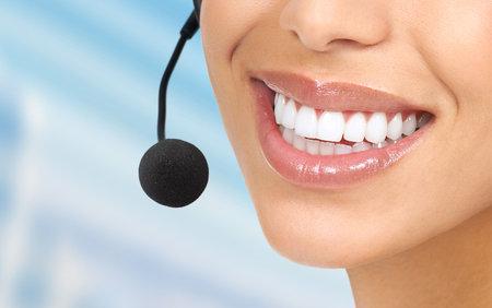Operador de centro de llamada hermoso con auriculares. Aislados sobre fondo blanco