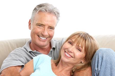 parejas felices: Las personas de edad feliz pareja de enamorados. Dientes sanos. Aislados sobre fondo blanco