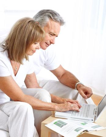 집에서 노트북과 함께 노인 부부